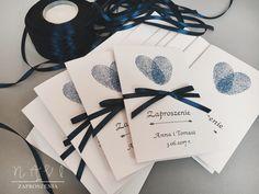 Zaproszenia ślubne z odciskami palców w kolorze atramentowym  #invitationwedding #rusticwedding #rustykalny #serce #odciski #odciskipalców #slubnaglowie #slub #weselnyklimat #wesele #zaproszenie #zaproszenia #zaproszeniaslubne #granat #oryginal