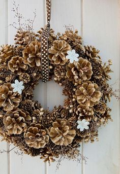 Pinecone Wreath Crafts 26 DIY Christmas Pine Cone Crafts To Add Extra Charm To Holidays Acorn Crafts, Pine Cone Crafts, Wreath Crafts, Diy Wreath, Wreath Ideas, Pine Cone Wreath, Acorn Wreath, Door Wreaths, Gold Wreath