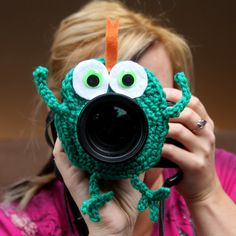 Camera lens buddy Crochet lens critter frog by Swifferkins on Etsy It will get the little ones to look at you!
