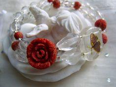Dieser kleine Schmetterling hat auf seinem ersten Flug die Rose entdeckt und sich verliebt...  Bergrkristall und Koralle, edles Material in romantisch
