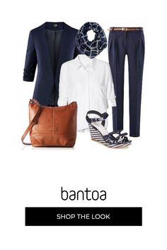 e6cd70e3e20f Camicia bianca con pantalone classico blu con cinturina in cuoio alla vita,  giacca blu e