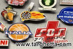 https://www.calamitemagneti.it :: fatti come le spille, ma con magnete posteriore, sono i magneti personalizzati da frigo!