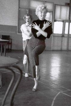 Marilyn Monroe practicing.  From the Pinterest board of George Vreeland Hill.