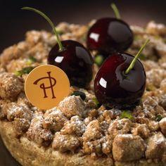Pierre_Herme_Tarte croustillante aux cerises et pistache Pâte brisée, crème d'amande à la pistache, cerises griottes et cerises noires, crumble à la cardamome.