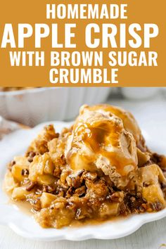 Homemade Apple Crisp with buttery brown sugar pecan topping. The perfect apple crumble is an easy dessert that is perfect for Fall. Homemade Apple Crisp, Best Apple Crisp Recipe, Vegan Apple Crisp, Caramel Apple Crisp, Apple Crisp Easy, Apple Crisp Recipes, Apple Crips, Köstliche Desserts, Delicious Desserts