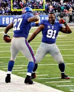 Justin Tuck + Brandon Jacobs beating that beat. - lol 2 of my favorite giants players New York Giants Football, My Giants, Nfl Football, New York Giants Players, New York Giants Logo, Justin Tuck, Brandon Jacobs, Go Big Blue, G Man