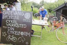 Der blev samlet ti gode fælles bycykler til gadevængerne i Gadevang Grønne Ildsjæles cykelværktsted. Cyklerne kommer til at stå i købmandscaféen Jordnær, hvor de kan lånes gratis til en tur i skoven ned gæster.