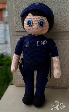 Patrón para realizar un muñeco amigurmi policía a crochet o ganchillo. Pattern to make a policeman amigurumi crochet doll.