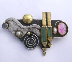Linda Ladurner / Brooch 1986. Silver, gold, green and pink tourmaline, pearl, moonstone. Broche 1986. Argent, or, tourmaline verte et rose, perle, pierre de lune.
