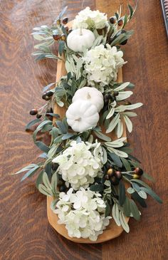 DIY Fall Decor wooden dough bowl flower arrangement with white pumpkins, olive branches and hydrangeas - Halloween & Herbst Kürbisse - Fall Home Decor, Autumn Home, Fall Table Decor Diy, Seasonal Decor, Table Orange, Arreglos Ikebana, Fall Flower Arrangements, Wooden Dough Bowl, Fall Flowers