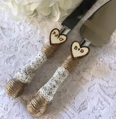 This burlap cake knife and server set will be a charming addition to your rustic, beach, country, shabby chic or outdoor wedding. Stainless steel knife and server is wrapped with burlap twine, ivory lace and ivory pearls. Set is adorned with two rustic engraved wooden charms. Shown in ivory. (last photo shows white lace)  Please message me to let me know your initials and date or custom request.  Dont see what you are looking for? We would love to custom make a one of a kind piece for you…
