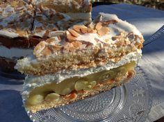 Eine Torte mit Stachelbeeren und Sahne, zwischen zwei köstlichen Mürbeteigböden mit Baiser und Mandeln. Einfach zu backen, schnell gefüllt- lecker.