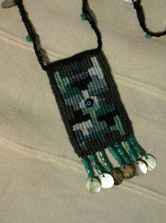 Μικρουφαντική Textile Jewelry, Jewelry Art, Jewellery, Pin Weaving, Mojo Bags, Textiles, Macrame Necklace, Amulets, Tear