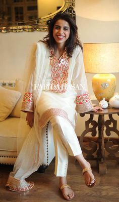 Farida Hasan will be bringing her festive formals and luxury evening wear collection to Ensemble Karachi this weekend on October. The designs include their latest Eid wear as well as wedding fo… Formal Dresses 2015, Girls Fancy Dresses, Ladies Fancy Dress, Simple Dresses, Pakistani Outfits, Indian Outfits, Indian Party Wear, Desi Clothes, Indian Attire