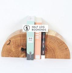metades de troncos como porta livros