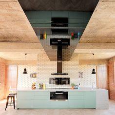 Een ruim opgezette keuken met mintgroene details.