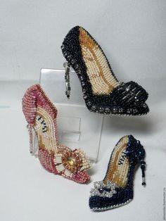 Купить или заказать Брошь 'Туфелька 2' в интернет-магазине на Ярмарке Мастеров. Туфелька, немного гламурная, частично объёмная вышивка по фетру, риволи-капля 10х14 мм, тила японская, рубка японская , рондели гранёные разного размера. Изнанка - натуральная кожа. Каблучок гнётся. Возможны варианты разных цветов, размеров и моделей обуви. стоимость зависит от сложности и материалов - от 25 дол. и выше.