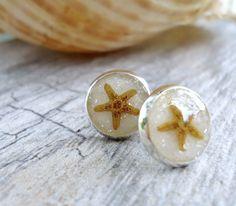 Mini Starfish Earrings - Beach Wedding Bridesmaids Gift - Real Starfish Bridesmaids Jewelry - Starfish & White Sand Earrings - Beach Jewelry von AprilHilerDesigns auf Etsy https://www.etsy.com/de/listing/200581800/mini-starfish-earrings-beach-wedding