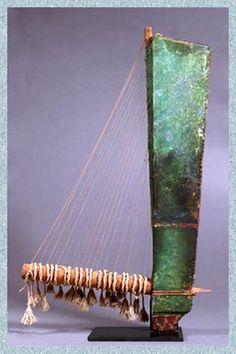 Triangular 21 string harp, ca. IV century BC [or before]. H : 1,10 m :: Louvre, Paris, Département des Antiquités égyptiennes :: Foto, C. Décamps/ Louvre.
