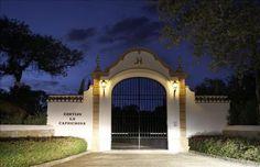 Vista de la entrada de la finca 'La Caprichosa' en Gerena (Sevilla), donde ha sido encontrada muerta hoy por una de sus sirvientas Joanne Hearst Castro, nieta del magnate de la prensa William Randolph Hearst. EFE