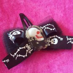Mollettina per capelli #handmade #halloween #pinup #rockabilly #gothic #horror #goth #dark #livingdead #hair #hairclip #bow #tulle #skull #skeleton #black #kawaii #samhain #ognissanti #tombstone #graveyard #dead #31october #13 #witch #creepynight #dead