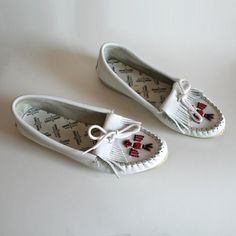 size or 9 white leather thunderbird moccasins. Minnetonka slip on flats. My Childhood Memories, Great Memories, Childhood Toys, Nostalgia, Retro, Fisher Price, Beaded Moccasins, Actrices Hollywood, 80s Kids