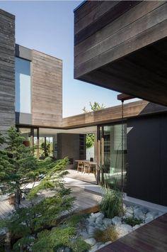 Une maison au centre de la nature ou la nature au centre de votre maison ? A vous de choisir ! #Maison #Architecture #House #Modern #design #Nature