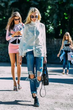 lol I actually am pinning this for the girl in the backs style Paris Couture Fashion Week Street Style Best Street Style, Cool Street Fashion, Street Style Looks, Street Chic, Casual Chic, Foto Casual, Denim Fashion, Look Fashion, Fashion Outfits