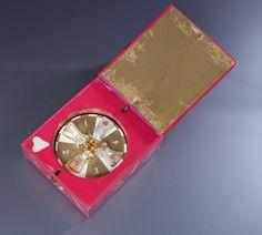 * parfum Shocking Schiaparelli - (1937) coffret carré en carton gainé de papier rose shocking titré contenant une roulette de casino sur laquelle sont disposés 4 diminutifs