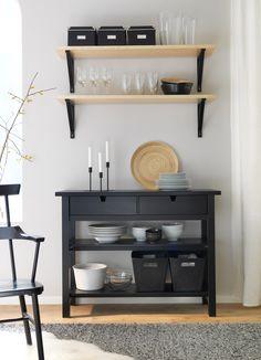 Aparador NORDEN de abedul macizo negro y estantes de pared EKBY JÄRPEN/EKBY VALTER de chapa de abedul/negro