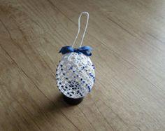Croșetat Easter Egg, alb croșetat oua cu margele albastre și panglică. Crochet Earrings, Eggs, Christmas Ornaments, Holiday Decor, Gifts, Handmade, Xmas Ornaments, Presents, Hand Made