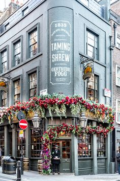 A pretty pub in London's Covent Garden. The flowers on the facade make it one … A pretty pub in London Places, London Pubs, London Restaurants, London Eye, Oh Paris, Highgate Cemetery, London Blog, Beau Site, London Pictures