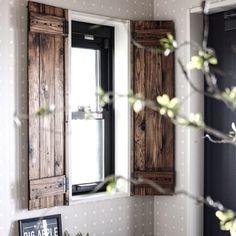 こちらは玄関の小窓に取り付けたウッディな窓枠。玄関を入って、こんなおしゃれな窓に迎えられたら嬉しいですよね。窓枠は住む人も訪れる人も幸せな気持ちになれる、そんな温かい雰囲気も演出してくれます。