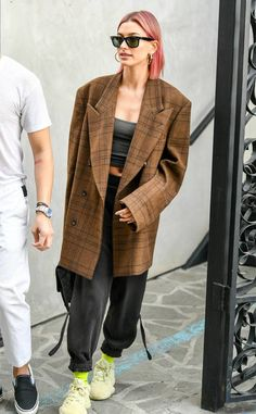 Hailey Baldwin from The Big Picture: Today's Hot Photos Think pink! The model shows off her new look while out and about in Los Angeles. Estilo Hailey Baldwin, Hailey Baldwin Style, Outfits Otoño, Fashion Outfits, Celebrity Outfits, Celebrity Style, Fashion Week, Girl Fashion, Look Street Style