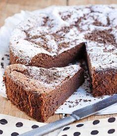 Banaani ja suklaa sopivat yhteen superhyvin. Banaanin ansiosta tämä kakku säilyy mehevänä parikin päivää – jos siitä vaan jää mitään säilytettävää. Dessert Cake Recipes, Sweet Desserts, No Bake Desserts, Vegan Desserts, Finnish Recipes, Chocolate Sweets, Sweet And Salty, Yummy Cakes, Love Food