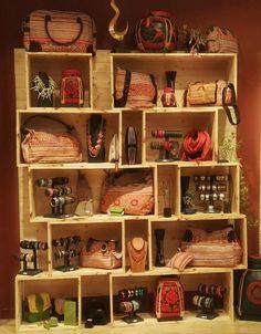 Nos sacs et bijoux aux couleurs chaudes qui rappellent l'été sont fabriquées de manière artisanale dans le respect de l'humain puisque Etyo n'impose aucune création sur ses accessoires.