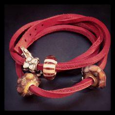 Κόκκινο δερμάτινο βραχιόλι Trollbeads με χάνδρες από τη βασική και την ανοιξιάτικη συλλογή!