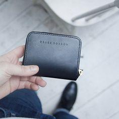 He encontrado este interesante anuncio de Etsy en https://www.etsy.com/es/listing/232678331/lottie-black-leather-coin-purse