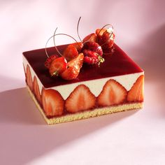 This Fraisier recipe is as beautiful as it is delicious. Made with tasty fresh strawberries, this cake is truly irresistible! Try it today! Fraisier Recipe, Entremet Recipe, Serving Dishes, Tray Bakes, Sweet Tooth, Dessert Recipes, Baking Recipes, Food And Drink, Plated Desserts