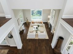Dunkler Boden, helle Möbel. Wände in weiß und beige.