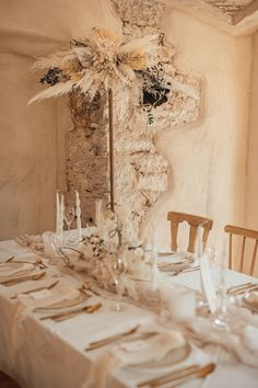 Mehr Chic und Eleganz als mit weißer Hochzeitsdeko geht nicht. In Cremetönen wirkt es aber viel wärmer und gemütlicher. Alle Bilder zu diesem Traumshooting findet ihr im Hochzeitskiste Blog. #hochzeitskiste #hochzeitsideen2021 #hochzeitsideen #hochzeitstipps #hochzeitsmagazin #hochzeitsblog #weddingblog #hochzeit #hochzeit2021 #weddingideas #hochzeitplanen #bohohochzeit #bohowedding #vintagehochzeit #vintagewedding #tischdeko #hochzeitsdeko #hochzeitsdekoration #hochzeitsdekoidee Cream White, Table Decorations, Blog, Home Decor, Elegant Wedding, Crate, Pictures, Decoration Home, Room Decor