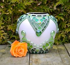 Small ceramic vase partially covered in green glass mosaic. Mosaic Planters, Mosaic Garden Art, Mosaic Vase, Mosaic Flower Pots, Mosaic Diy, Mosaic Crafts, Mosaic Projects, Ceramic Flowers, Glass Flowers