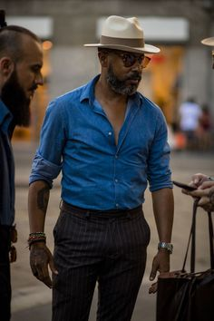 Milan Men's Fashion Week the strongest street style- Milan Men's Fashion Week the strongest street style Street style photographer Robert Spangle is on the front line capturing the very best-dressed gentleman on the streets of Milan Men& Fashion Week - Milan Men's Fashion Week, Mens Fashion Week, Fashion Mode, Cool Street Fashion, Look Fashion, Fashion Rings, Cuba Fashion, Older Mens Fashion, Fashion Ideas