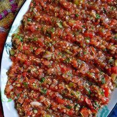 Acılı ezme salata 1 Salad Recipes For Dinner, Dinner Salads, Turkish Recipes, Ethnic Recipes, Iftar, Meatloaf, Fried Rice, Vegetable Pizza, Beef Recipes