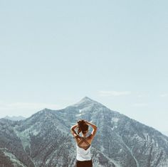 Comfy tank + Mountain view. There's nothing better than that! #hiking #mountains #outdoorstyle