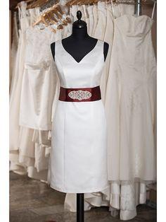 Schönes Standesamkleid Modell Gwenda. Dieses kurze Kleid ist aus feinstem Satin gefertigt mit einem Satingürtel in der Fabe ihrer Wahl.