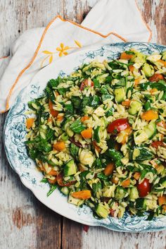 Orzo salad with bocconcini cheese, pesto and garden veggies - Le Coup de Grâce Orzo Salad, Night Dinner Recipes, Delicious Dinner Recipes, Polenta, Risotto, Cooking Recipes, Healthy Recipes, Cold Meals, Vegans
