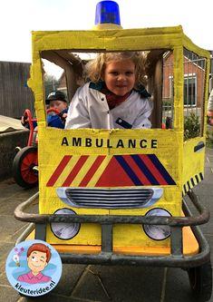 Ambulance spelen met kleuters, thema ziek, kleuteridee. Doctor Role Play, Ambulance, Community Helpers, Girls Bedroom, Kindergarten, Creative, Kids, December, Baby