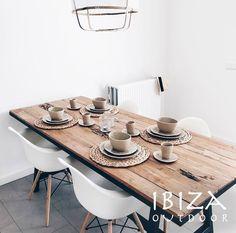 Dinner is ready! Heerlijk eten aan deze stoere robuuste eetkamer tafel.  Interesse? Stuur een e-mail naar ibizaoutdoor@gmail.com en maak een afspraak in onze loods.