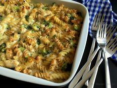 Pasta i fad med kylling, broccoli og mornaysauce… Skift f.eks. kylling ud med skinkekød eller broccoli med porre